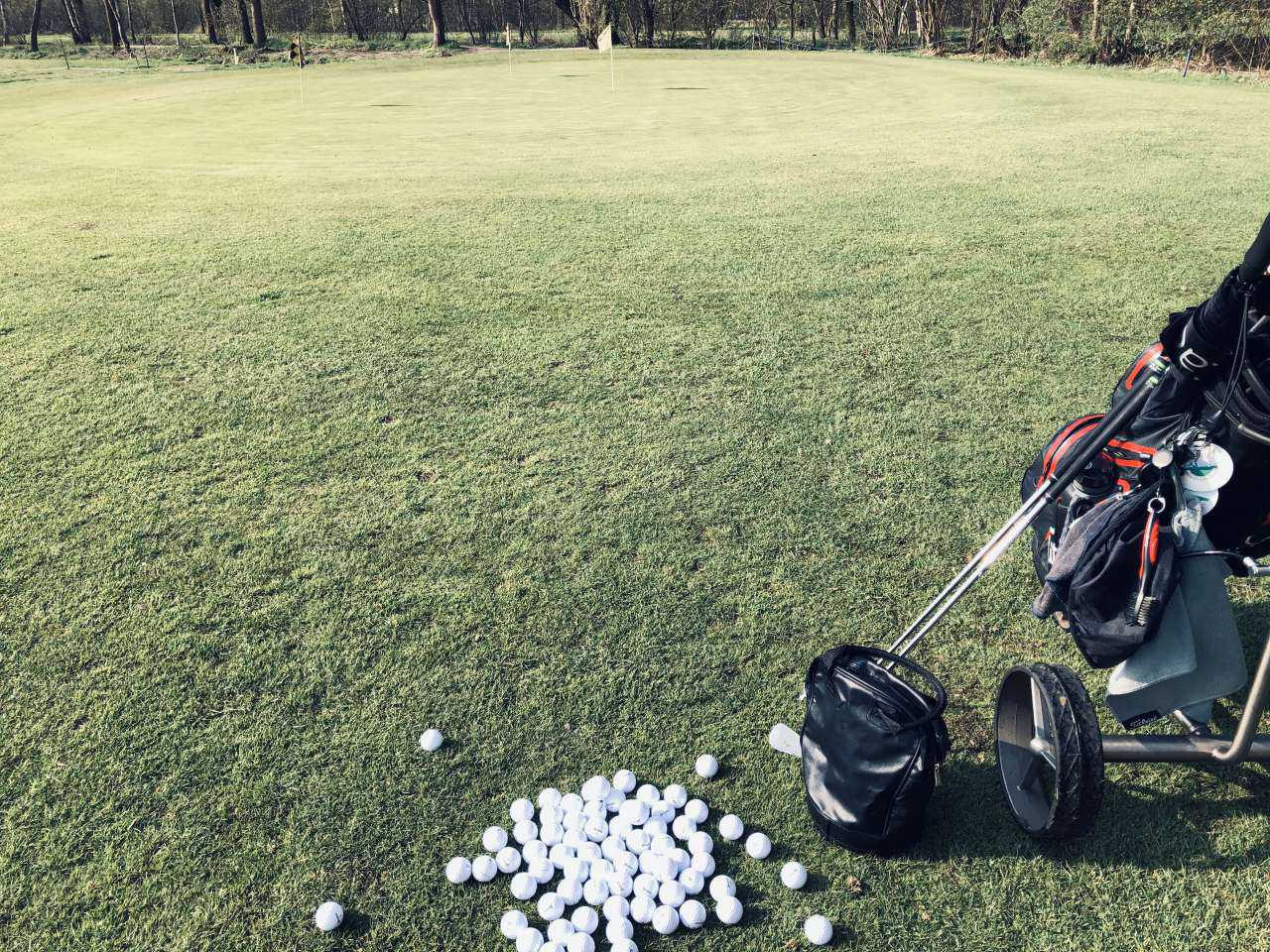 Golfbälle auf grünem Rasen